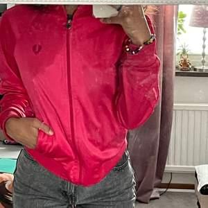 Äkta Fredperry kofta i rosa färg, Storlek 38 men är som XS