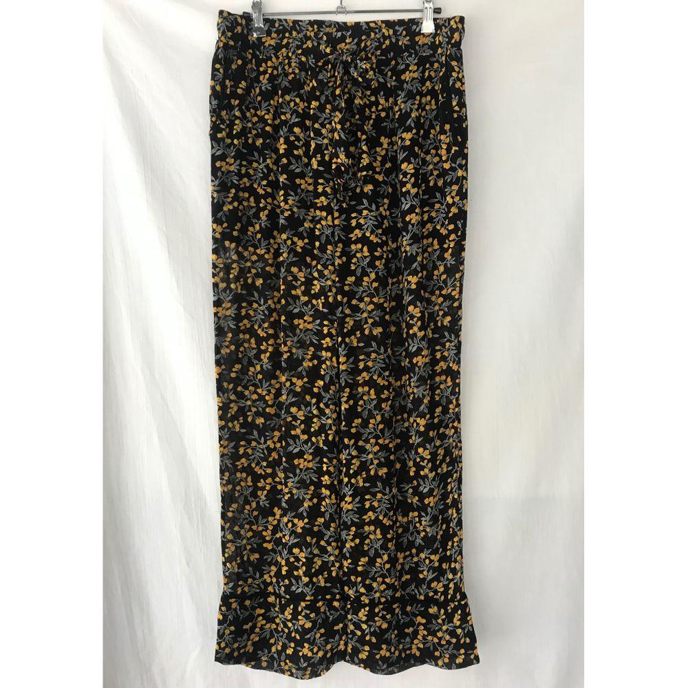 GANNI «Palmer» mönstrade svarta byxor Storlek 38, stor i storlek. Fint skick, använd ett par gånger. Elastic waist med tygknytt. Straight legs med fint tygvolym. Två fickor.Midja:80cm+elastic. Material: polyester. Jeans & Byxor.