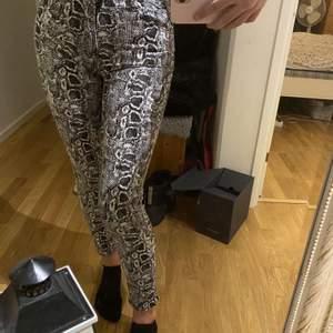 Super fina byxor med ormskinns mönster. Använda få gånger, så dom är i jättebra skick. Kan fraktas, men då betalar du själv för frakten.