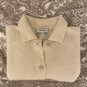 Söt kortärmad stickad kofta i ull från & other stories. Använd fåtal gånger. Köparen får stå för frakten!!🦋💖 högsta budet är uppe i 250 kr + frakt!!