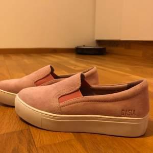 Rosa skor från dasia, tillkommer sulor i som jag lagt i då de satt lite löst på mig. Storlek 36