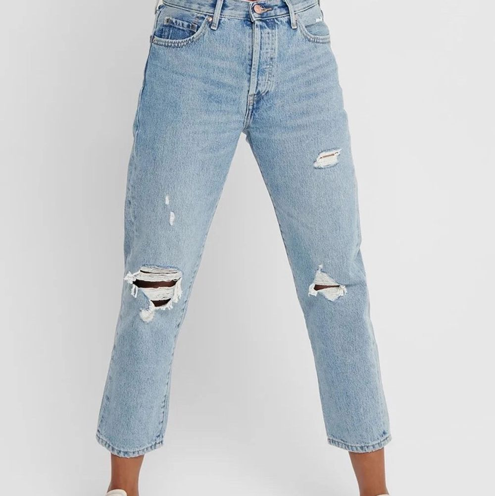 Säljer dessa håliga jeans ifrån ONLY! Sitter superfint och är sparsamt använda! Köpta för 399 och säljer för 100💞. Jeans & Byxor.