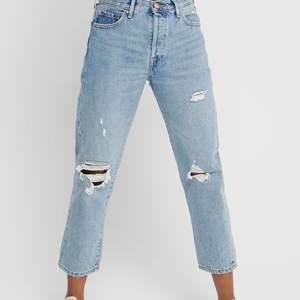 Säljer dessa håliga jeans ifrån ONLY! Sitter superfint och är sparsamt använda! Köpta för 399 och säljer för 100💞