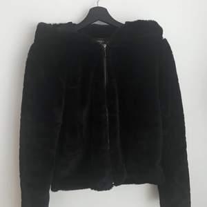 Säljer nu värdens mysigaste jacka från only! Den har två fickor framtill och är som ny då jag bara använt den ett par gånger. Perfekt när det börjar bli lite varmare. Nypris: 559kr säljs för 100kr+frakt🤍
