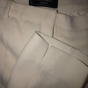 Vita kostymbyxor i 36