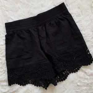Säljer svarta mjuka högmidjade shorts. Svart spets-kant längst ner. Står storlek 34, passar även mig med XS-S. Aldrig använda, behöva strykas då de legat i en låda. Säljer för 50 kr. Köparen står för frakten!