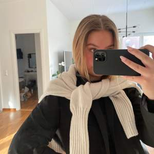 Stickad tröja från H&M i storlek S. Använd ett par gånger men är i otroligt fint skick🦋 OBS;köpare står för frakt
