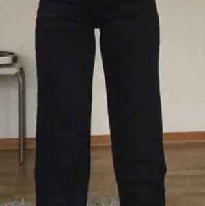 Säljer ett par svarta mom jeans från Gina, Korta för mig som är 1,60. Säljer för 150kr. Obs frakt ingår inte.