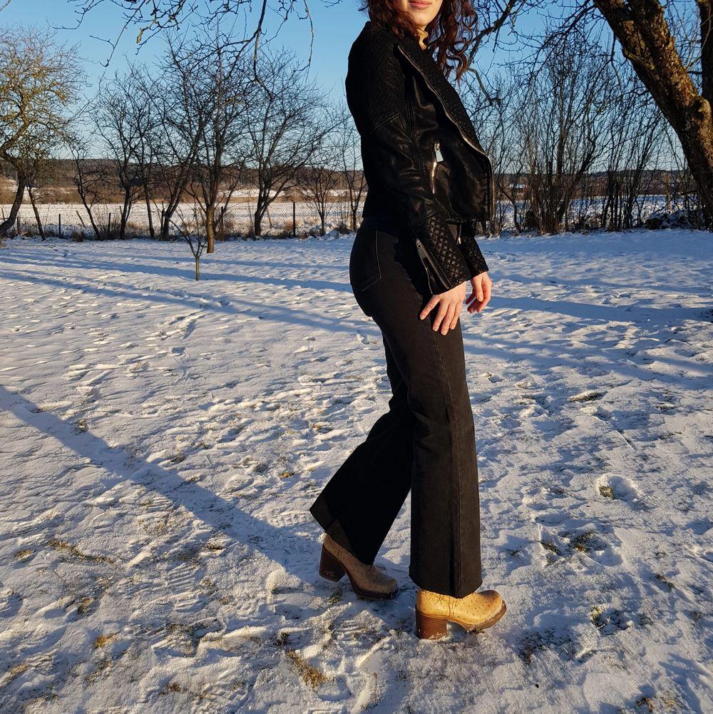 Helt ny och oanvänd jacka i PU-mocka med gulddetaljer. Passar som en XS. Jag på bild har S och är 170 cm lång. Först till kvarn! 💫. Jackor.
