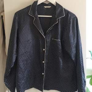 Skjorta i sidenaktigt material. Satin typ! Fin både som pyamas men också till vardags eller uppklätt! Oanvänt skick. Mörkblå.