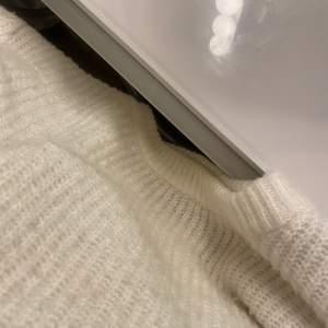 En vanlig vit basic tröja från nakd,inte använd så många gånger men är lite nopprig,hör av dig för mer bilder❤️