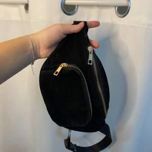 Cool väska i svart velvet och gulddetaljer, tre fack! I bra skick!