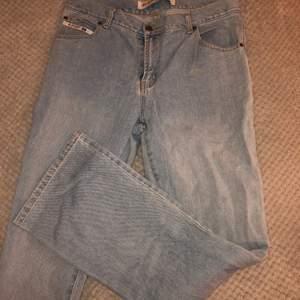 Inte strechigt material, oversized jeans. Står strl L men skulle säga att den också passar oversized M