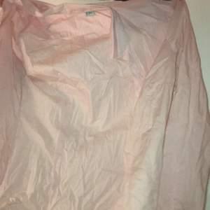 Svårt att visa men en ljusrosa skjorta. Väldigt fräsh! One size