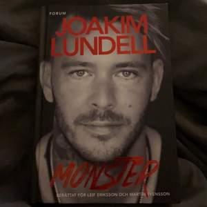 Joakim Lundells bok monster som är signerad av Joakim. Boken är i helt nytt skick.