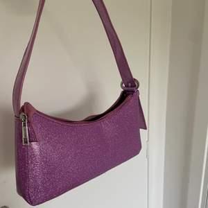 Helt slutsåld glittrig väska ifrån ASOS💕 så fin och passar perfekt till en enfärgad outfit för att få liv i den☺️ ( köparen står för frakten som tillkommer )