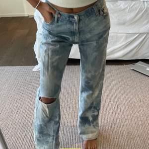 Säljer dessa assnyga lowwaisted levis jeans köpta här på plick! Specialgjorda så finns bara ett par sånna här! Köpta för 600kr❤️ jag är vanligtvis en 34-36