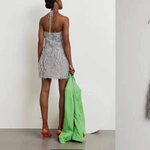 Säljer nu denna fina klänning från gina!! I jättebra skick, lapparna sitter kvar. Orginalpris 799kr