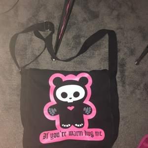 as söt crossover väska med panda på, säljer pga pengabrist, frakt 66 kr spårbart💕