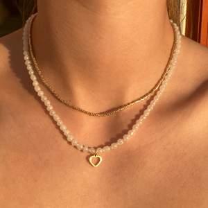 🌟Superfina egengjorda halsband som passar till allt. Längden går att justera med en liten kedja. Guldigt halsband 35kr, vitt halsband 45kr+5kr extra med berlock. Jag gör även custommade halsband. Dma vid frågor. Frakt 12kr.🌟 KOLLA IN PROFIL FÖR FLER SMYCKEN ELLER FÖR INSPIRATION😊