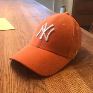 Typ helt oanvänd new york yankee cap i snygg speciell orange färg, går att justera storleken