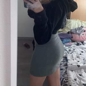 Säljer en fin basic grå kjöl (skirt). Använt 1-2 gånger. Säljer pga använder inte kjolar. Den är i storlek S men passar mig helt bra som en XS. Den är från Ginatrocot (Frakten discuteras privat)