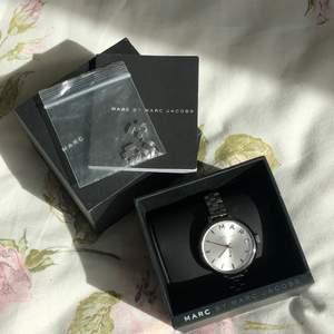 Säljer min Marc By Marc Jacobs klocka då den inte kommer till användning. Verkligen en superfin klocka som passar till allt! Det går att justera metallarmandet och alla delar kommer med🤍 dock behöver klockan byta batteri😊 Frakt ingår inte i priset