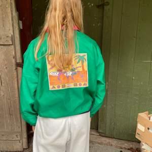 Toppskick på en jacka från Kappahl - troligen från 90-talet! Står surfing på baksidan. Sitter som M på mig som normalt bär S