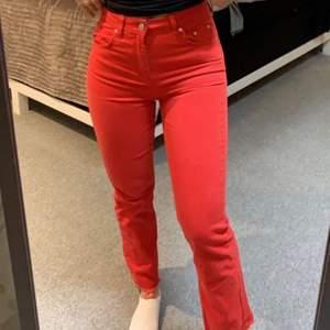 Röda jeans ifrån Gina, storlek 34. Endast använda 1 gång