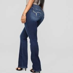 Säljer mina OANVÄNDA bootcut jeans från Fashion Nova. De är i stl 5 som är en S. Jag är 172cm lång och de kommer ner till mina fötter.