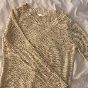 En superfin rätt tunn stickad  tröja ifrån only, knappt använd. Frakt tillkommer