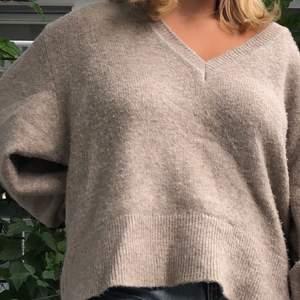 Denna supermysiga tröja från Zara behöver en ny ägare🥰 Den är har superfina spetsdetaljer längs ärmarna och passar super att slänga på sig till ett par jeans. Storleken är S men den är i en oversizemodell💕 Köparen står för frakten✨