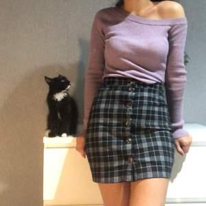 En rutig kjol med knappar på framsidan. Väldigt stretchig material och skön att bära. Storlek 34 från h&m. Pris: 60kr + frakt