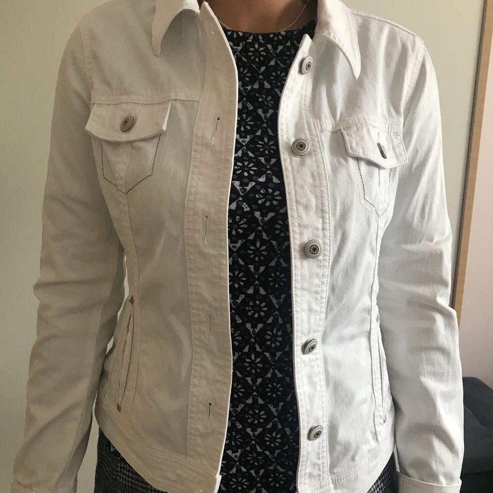 Somrig vit jeansjacka ifrån Esprit. Den är i helt ny skick och är i storlek M. Sitter oversized på S. Jackor.