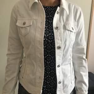 Somrig vit jeansjacka ifrån Esprit. Den är i helt ny skick och är i storlek M. Sitter oversized på S