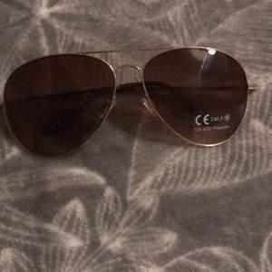Oanvänd solglasögon, säljer för dom är för stora för mig.