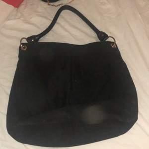 Säljer en svart väska från h&m, aldrig använd
