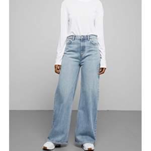 Superfina vida jeans från weekday i modellen Ace, stl 26/32 originalpris: 500kr. Säljer pga tycker att dom börjar bli lite för korta, jag är 171 cm! Kan mötas upp i Stockholm annars står köparen för frakt💓💫