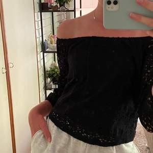 Snygg svart blus i ett spets liknade material. Str XS från Hollister. Går att ha både off shoulder o icke. Frakt tillkommer på 44kr💕