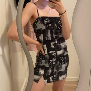 Miniklänning som har sjuktsnygga mönster🖤använt endast en gång🤩