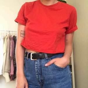 Avklippt tisha i ascool röd nyans köpt på humana. Skitsnygg till ett par jeans eller kjol i höst!!