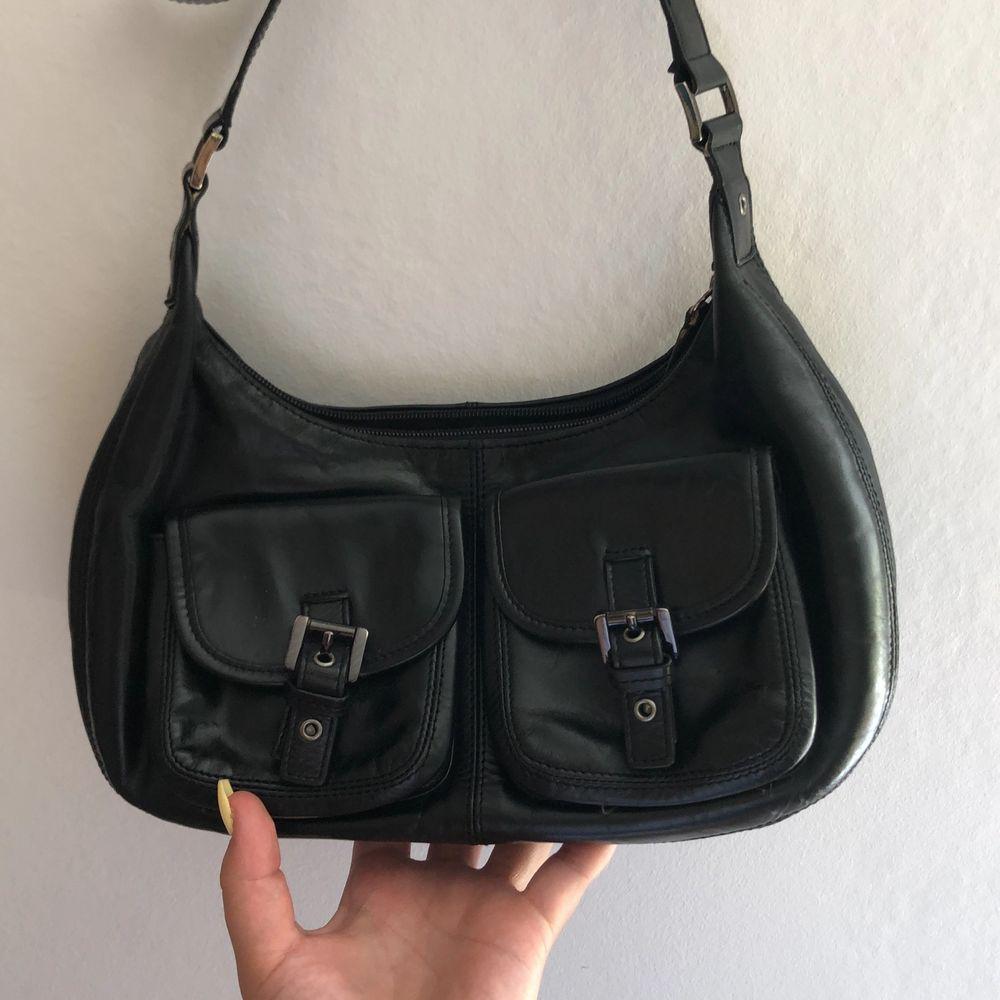 Super snygg väska som är köpt på second hand i svart skinn (kan vara fake). Perfekt i storleken och väldigt rymlig. Många fack och ett reglerbart band. Jag har inte använt den särskilt mycket, därav säljes den. Köpt för 200, köpare står för frakt. Pris kan diskuteras.. Väskor.
