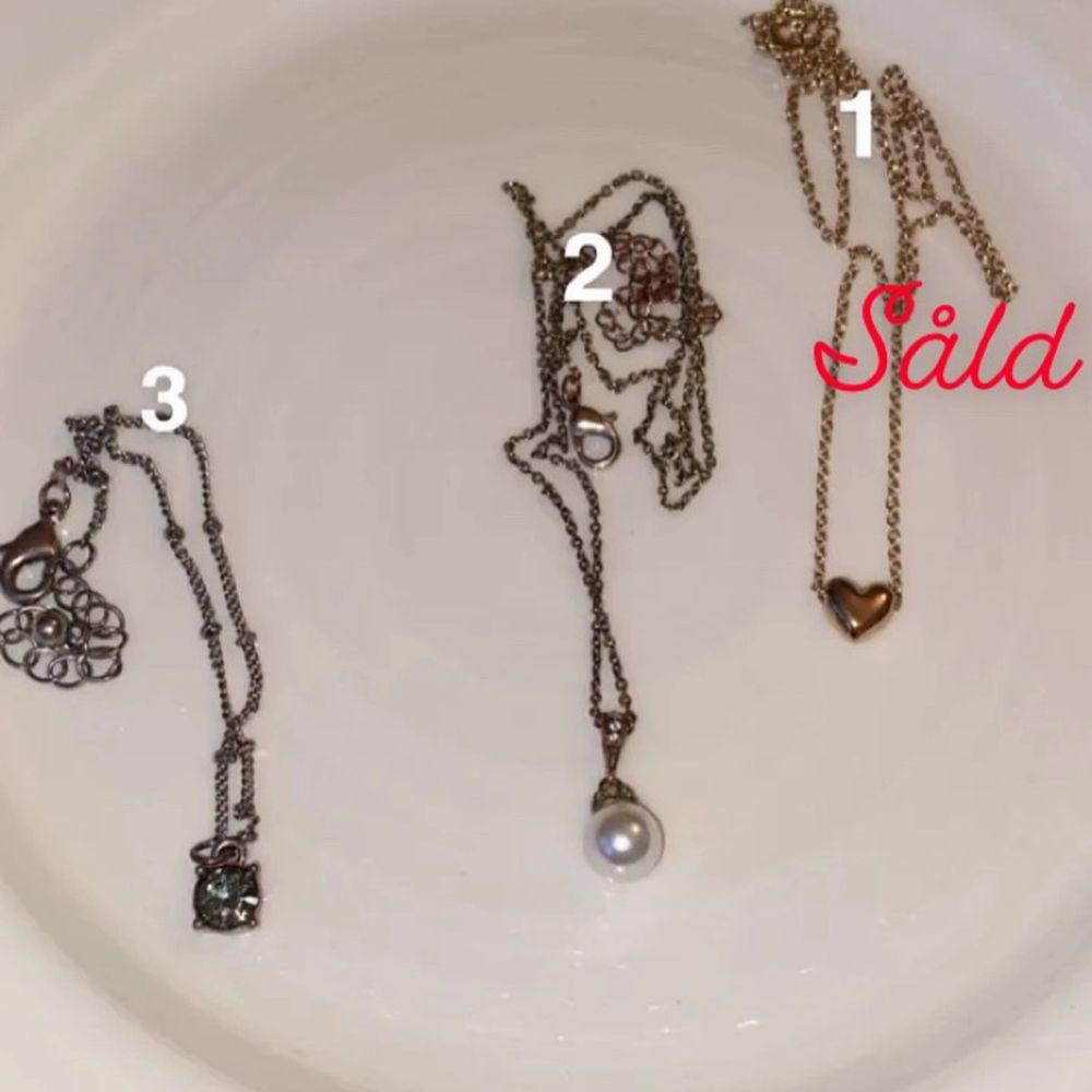 1 och 2 är halsband och 3 är ett armband. Alla för 70 (där frakten i detta fall är inräknat) eller 30 kr+ frakt.           OBS!! Nr. 1 är såld. Accessoarer.