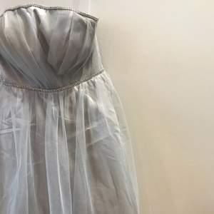 Otroligt fin grå klänning med fina vita detaljer✨
