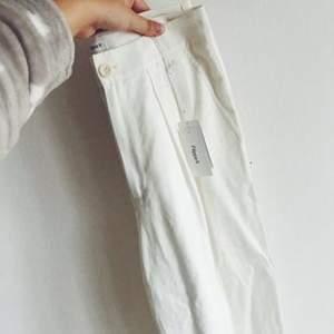 Aldrig använda supersnygga byxor från Filippa K. Tags kvar.  Fraktkostnad står köparen för!