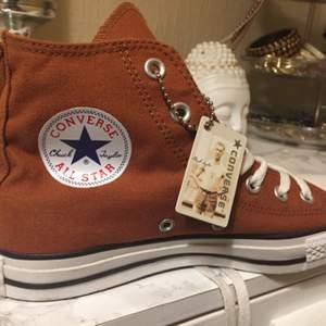 Nu säljer jag mina oanvända bruna Converse i Storlek 39. Fick dom i födelsedags present men tyvärr i fel färg och ja dom är äkta :) Dom har en liten grå repa vid tårna då dom har legat bland mina andra skor annars är dom perfekta :)