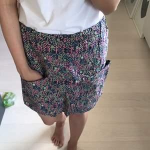Kjol med fickor från Åhléns. Den är tunn och passar bra till sommaren.  Fint skick. Ordinarie pris 350kr  Frakt tillkommer
