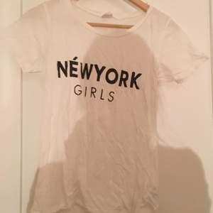 Vit tröja från Gina tricot där det står new york girls