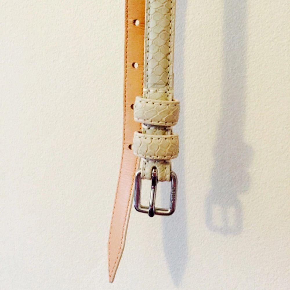 Oanvänt skärp från TIGER, 75 cm. Äkta läder! Cream white.. Accessoarer.