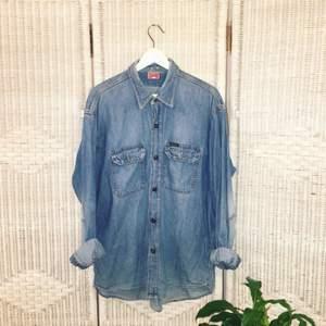 Min bfriend säker ny ägare till sin DIESEL jeansskjorta. Passar både tjejer och killar 👫👫👫  Knappen på höger ärm är borta så han har ersatt den med en tillfällig säkerhetsnål.   ❗️Föredrar swish ❗️  FRI FRAKT💌